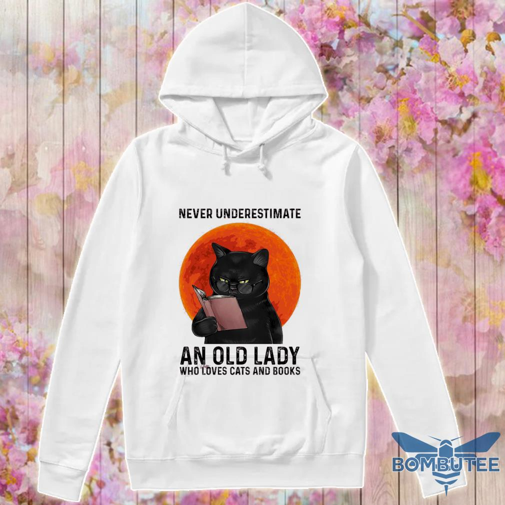 Never nnderestimate an old lady who loves cats and books s -hoodie